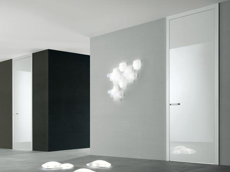 глянцевые межкомнатные двери глухие гладкие модели в интерьере