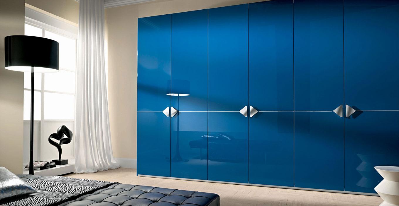 Глянцевые шкафы: черный шкаф с распашными дверями в спальню,.