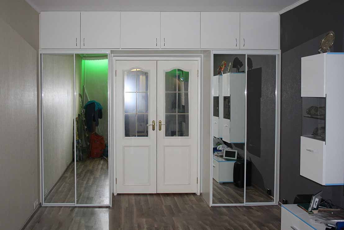 Шкафы вокруг дверных проемов (29 фото): шкаф в стене возле д.