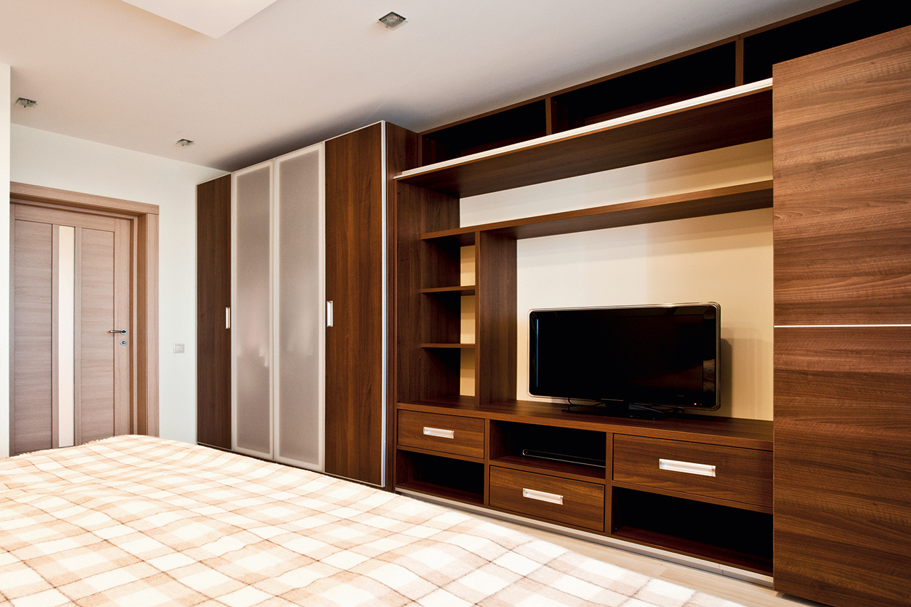 Шкаф в гостиную во всю стену.