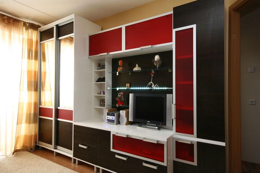 Стенки со шкафом для одежды: мебельные комнатные модели с пе.