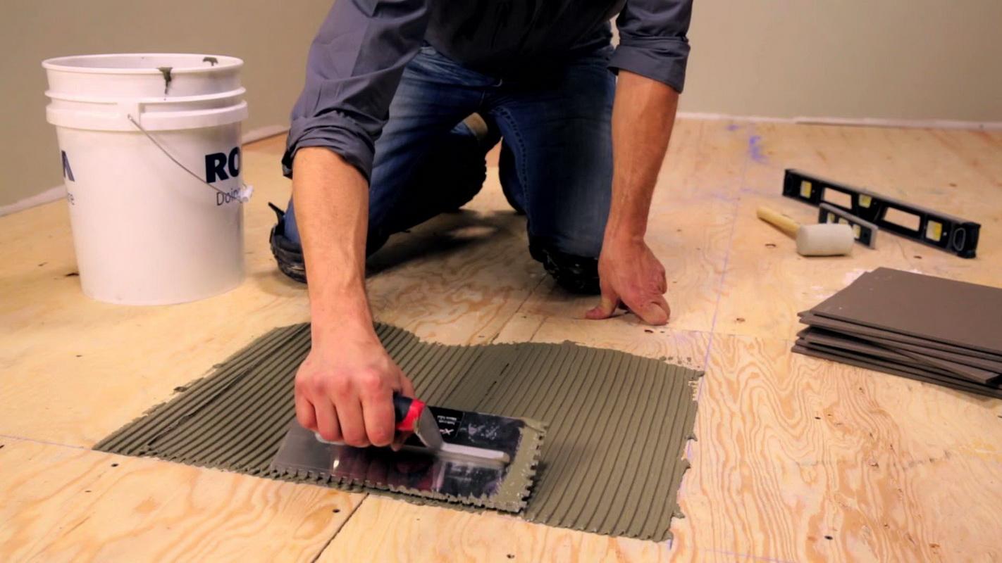 Как положить кафель на пол: видео-инструкция 8