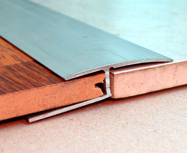 Плинтус между плиткой и ламинатом на пол