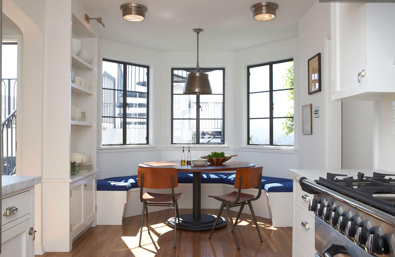 Обеденная зона с кухонным уголком - элегантно и практично.