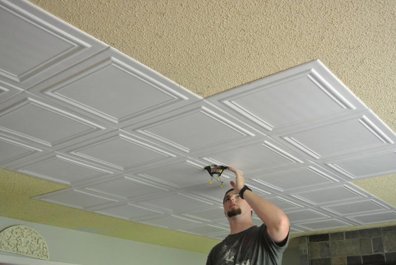Как наклеить плитку из пенополистирола на потолок