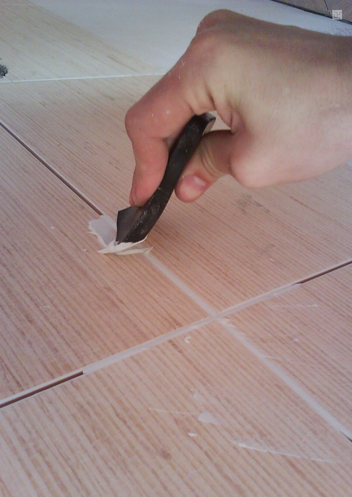 как нанести затирку на плитку для швов