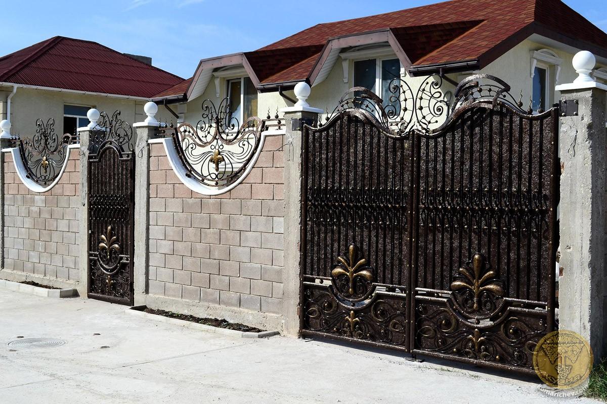 Что могут значить ворота на участке и их разновидности