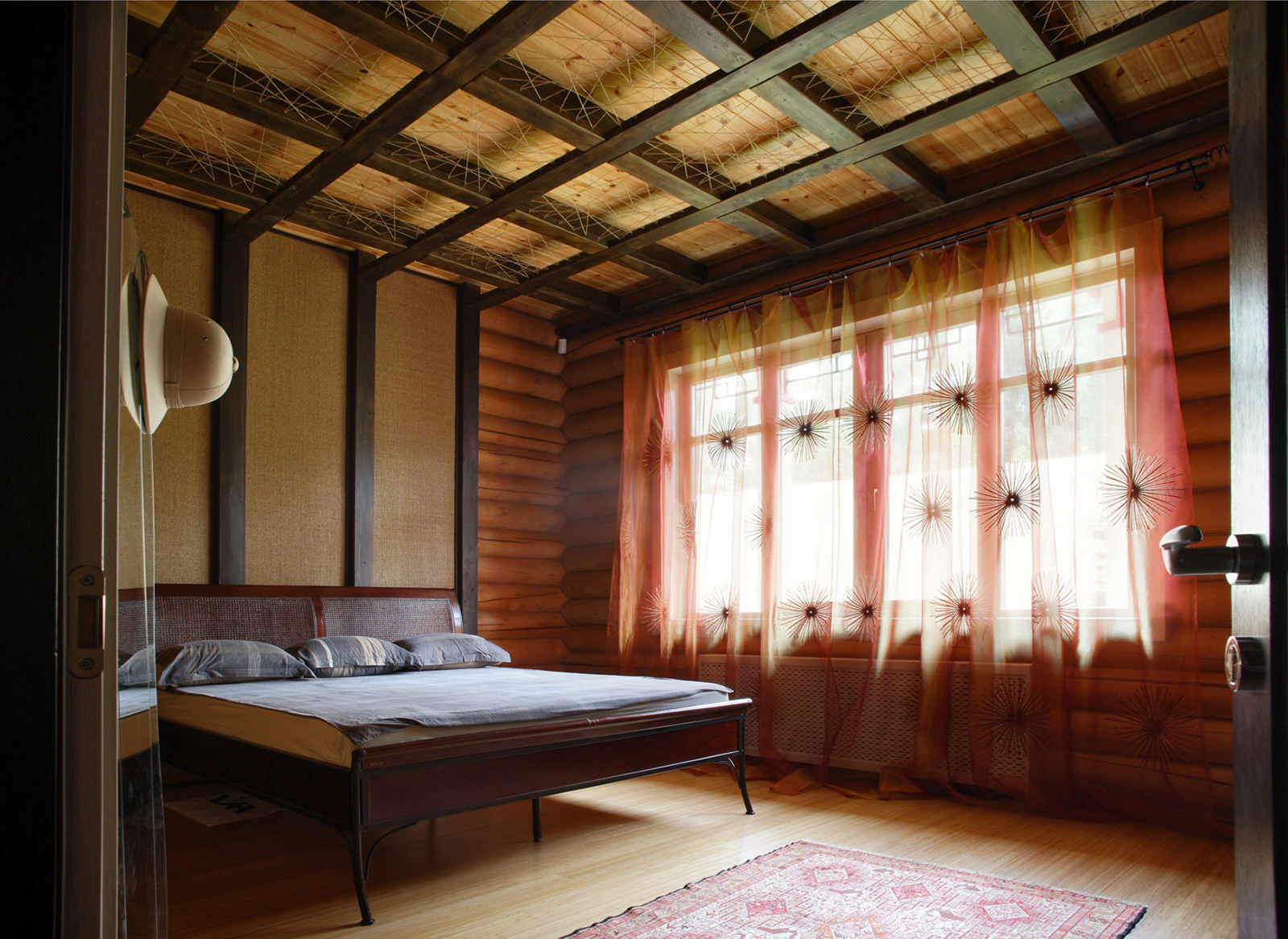Деревянный потолок в деревянном доме своими руками фото