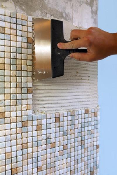 Как клеить мозаику? 30 фото: как правильно приклеить мозаичную плитку на сетке на стену на кухне, на гипсокартон и на деревянную поверхность