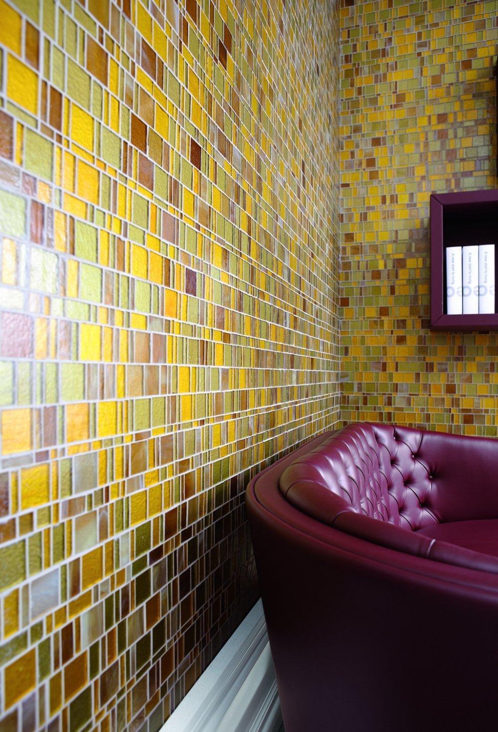 Стеклянная мозаика (55 фото): китайская плитка из цветного стекла на сетке, мозаичная керамическая продукция шириной 4 см