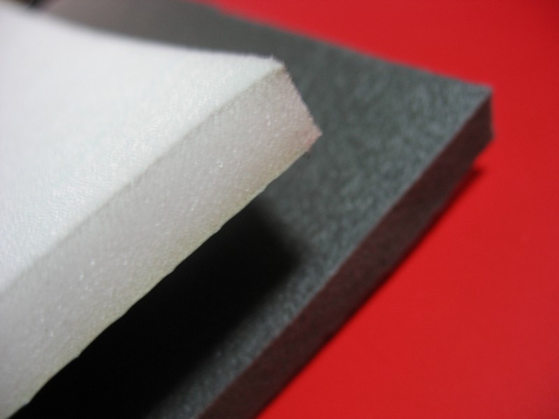 - лист пенопласта (подойдет и пенопласт нового поколения – пеноплекс, а также пару листов пенопластовой потолочной плитки наклеенные друг на друга), - лоскуты ткани, - тупой предмет вроде пилки для ногтей (для засовывания ткани в пенопласт), - фломастер, - ножницы, - шаблон будущей картины.