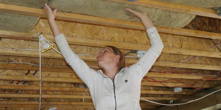 Потолок деревянного дома утеплить своими руками 14