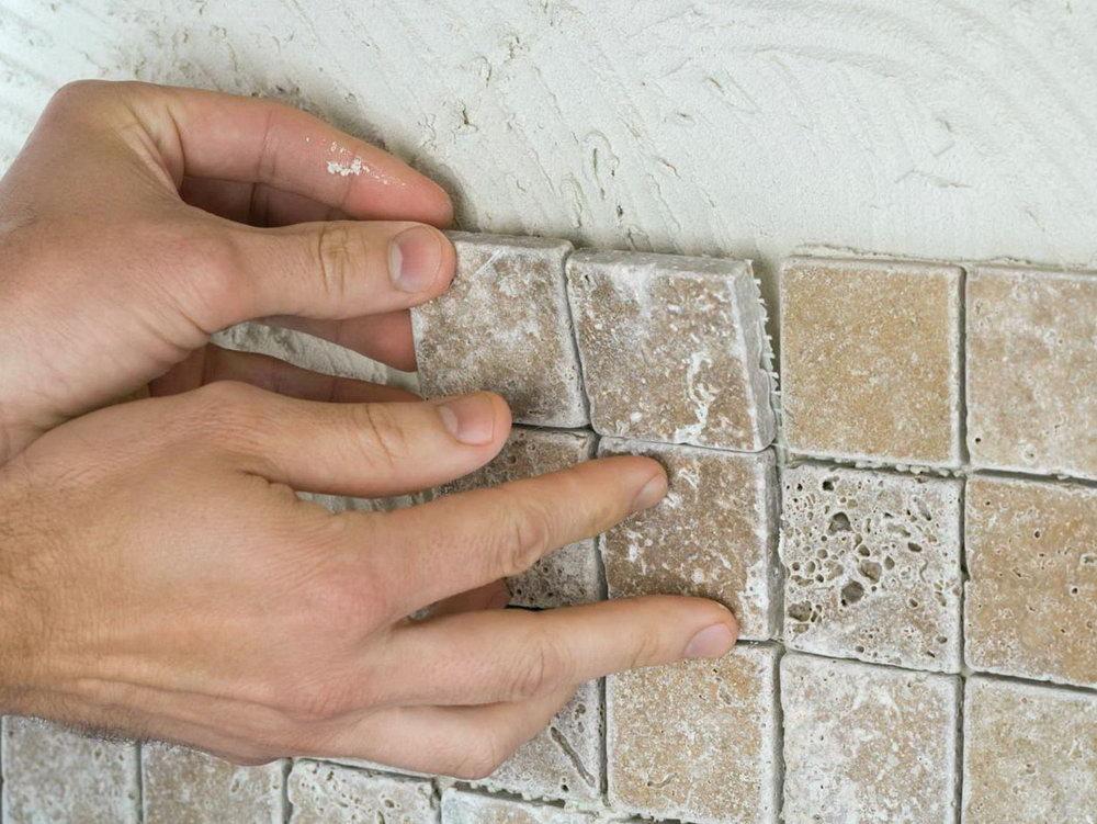 Отличие мозаики на бумаге и на сетке, этапы укладки данной плитки на стены и пол