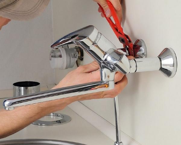 Установка смесителя в ванной как установить на стену своими руками на оптимальную высоту монтаж крана в раковину