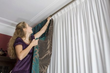 На что вешают шторы (65 фото): как правильно повесить занавески на липучках, как можно красиво оформить пластиковые окна, на каком расстоянии от пола вешать