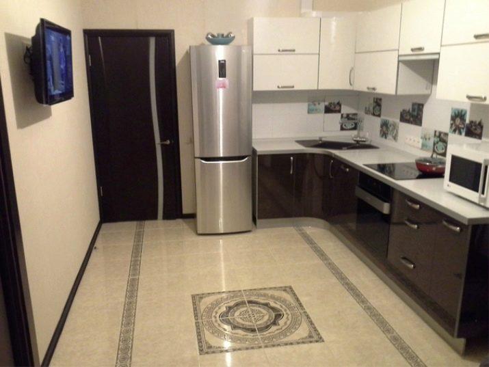 Холодильник возле двери фото
