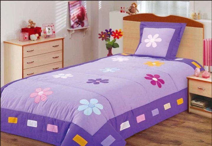 Покрывало на детскую кровать (52 фото): образцы моделей на кроватку для мальчика