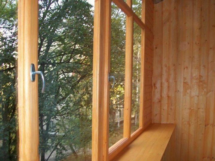 Остекление балкона деревом: деревянные рамы в доме.
