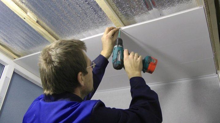 Отделка потолка на лоджии: варианты, как обшить пластиковыми.