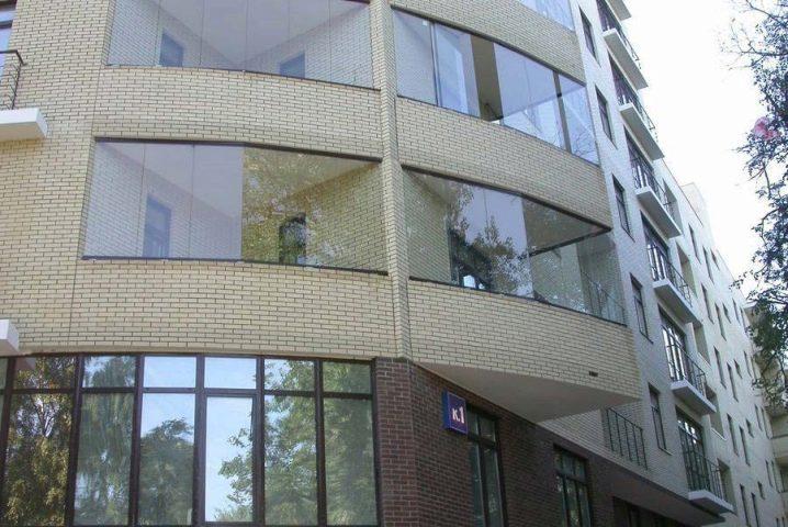 Картинки по запросу Преимущества и недостатки безрамного остекления балконов с маркизом