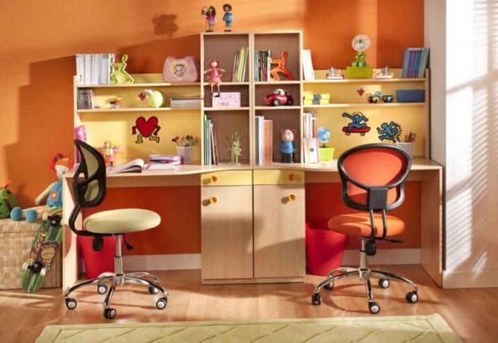 Письменный стол на двоих детей с полками.