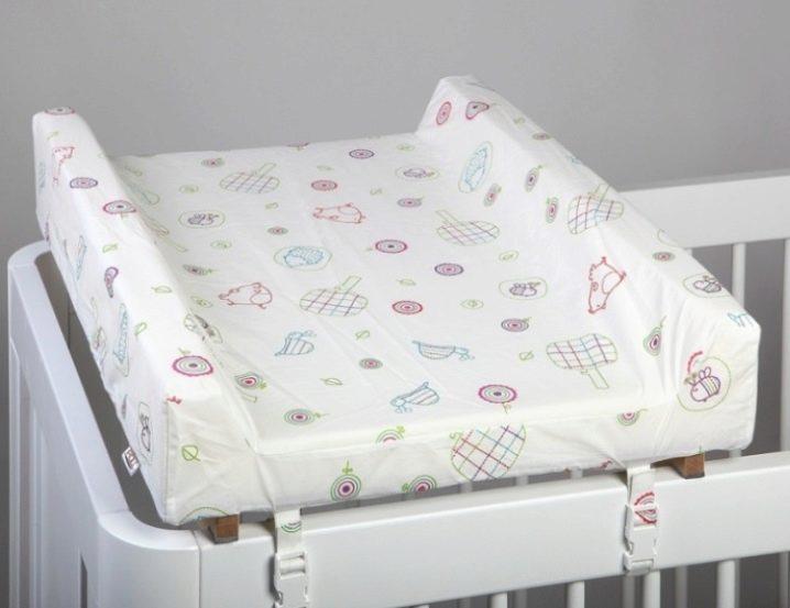 Все о детских пеленальных столиках: типы, особенности, правила пользования