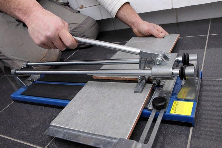 Как резать плитку плиткорезом Как правильно отрезать ручным инструментом чем можно воспользоваться если нет плиткореза